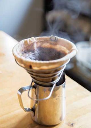 コーヒーを抽出させる時はコットンのフィルターを使っている