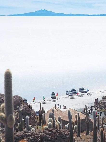 塩湖に駐車する玩具のようなSUV