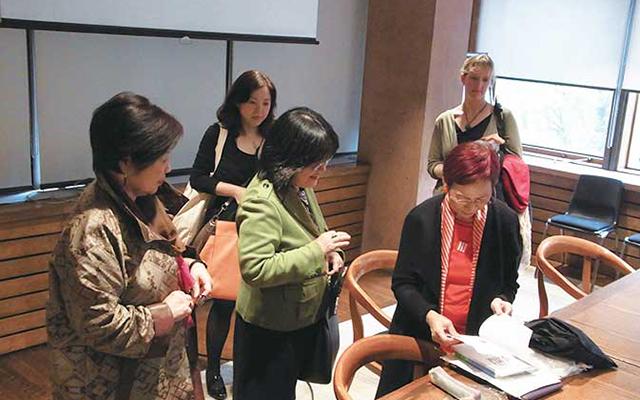 講演会後も多くの人が上野氏に集まり、議論が続くほどの白熱ぶりだった