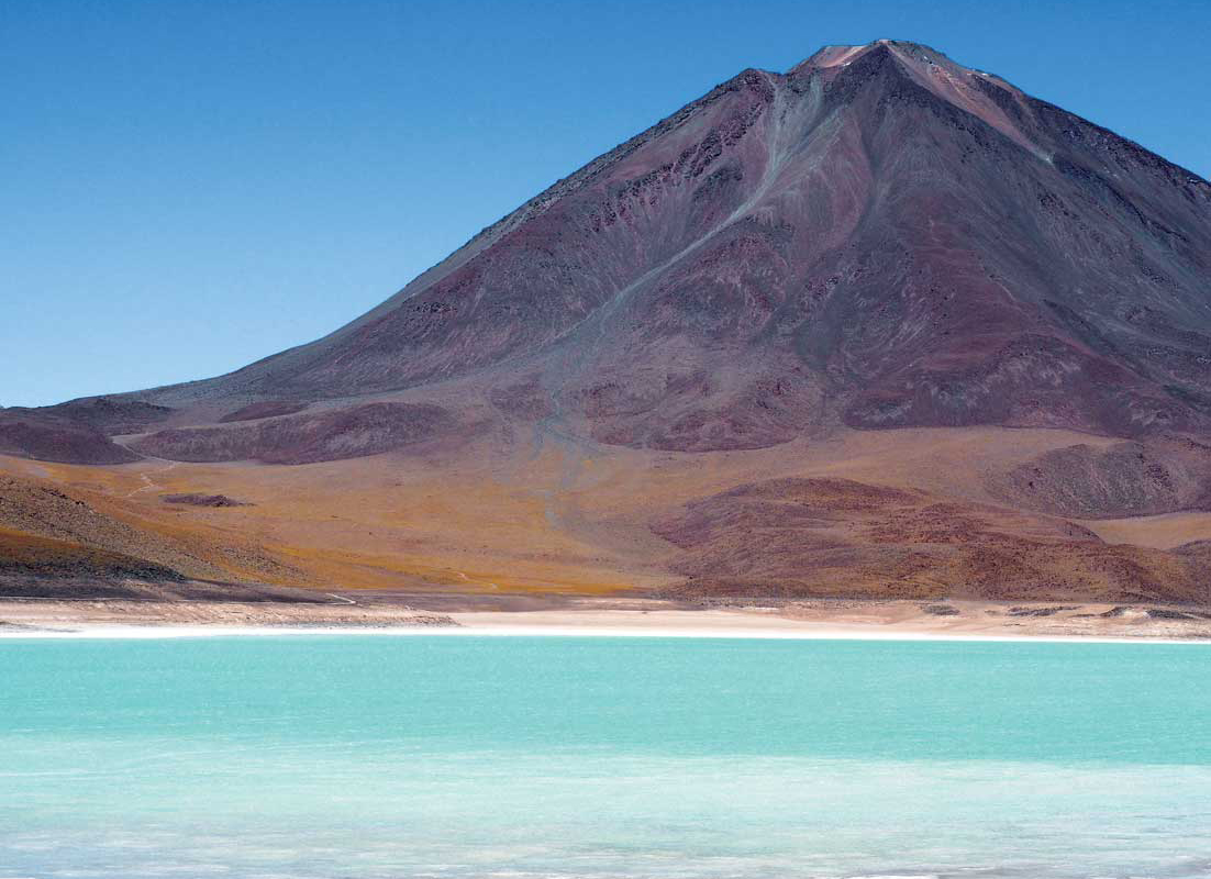 緑の湖と6200m火山