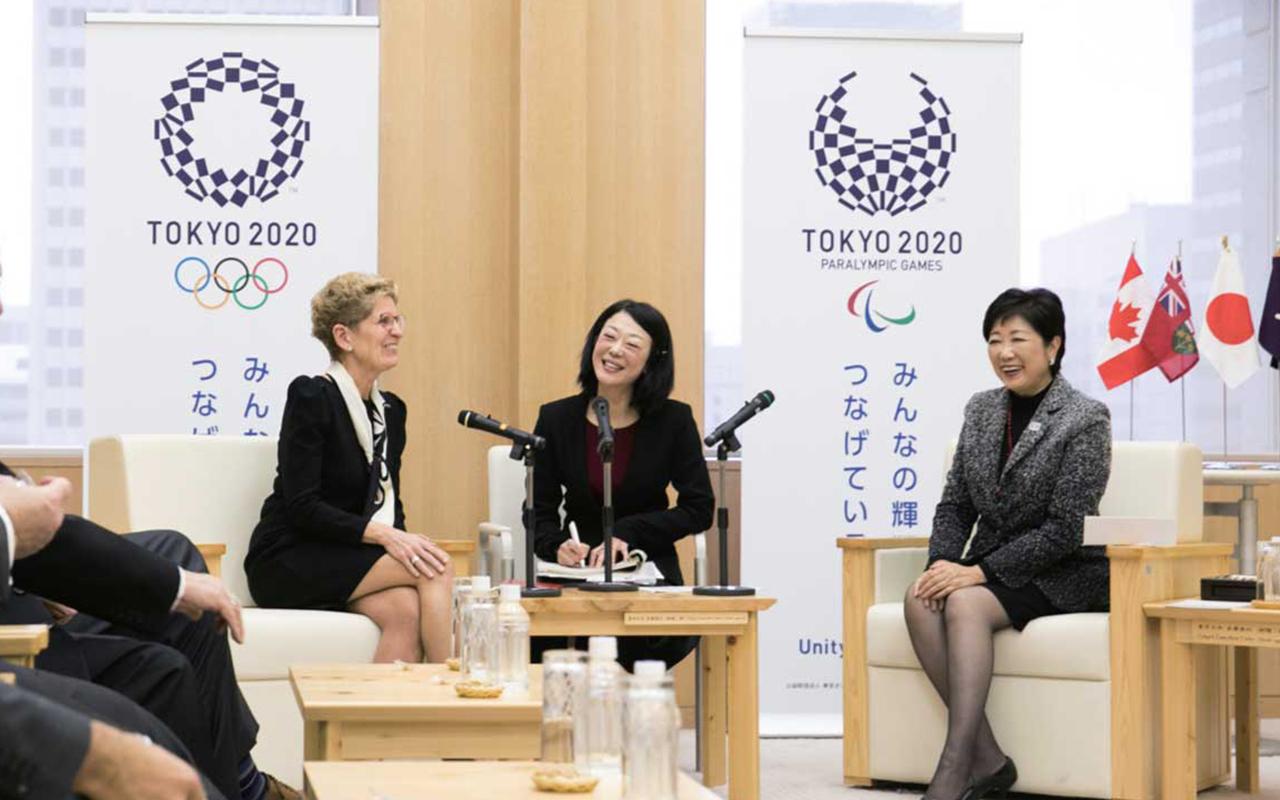 知事室で小池百合子東京都知事(右)と会談(中央は通訳者)。両者ともに女性初の州首相、都知事である。行政や実業界における女性の役割など幅広い経済社会問題が話し合われた。