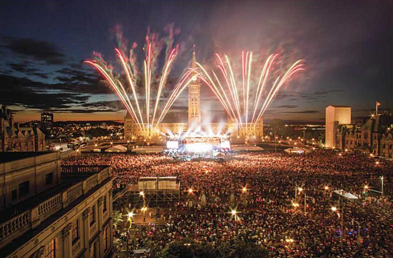 ©Destination Canada カナダデー、パーラメントヒルでの花火。オタワ川でも花火は打ち上げられます。