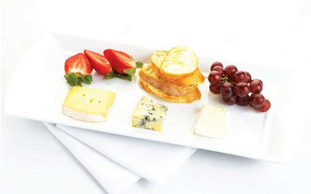 シンプルなチーズプレートでワインがすすむ