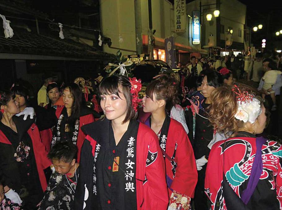 秋祭りの女神輿に参加した様子