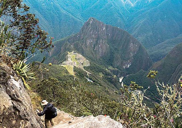 マチュピチュ山の登山道から見下ろす「空中の都市」