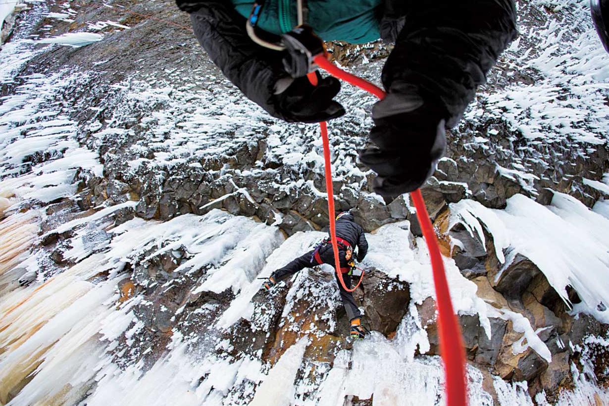 氷と石が混じった難しいルートの登り始め @Helmcken Falls in Wells Gray Provincial Park, BC