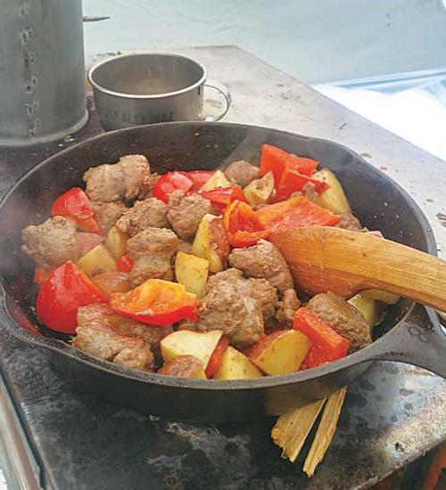 @beardlygentlemen 冬キャンプで作った一皿。日本ではあまり馴染みがないが、カナダのアウトドアでは大活躍の鹿肉ソーセージをジャガイモとこしょうで炒めたシンプルさが◎。