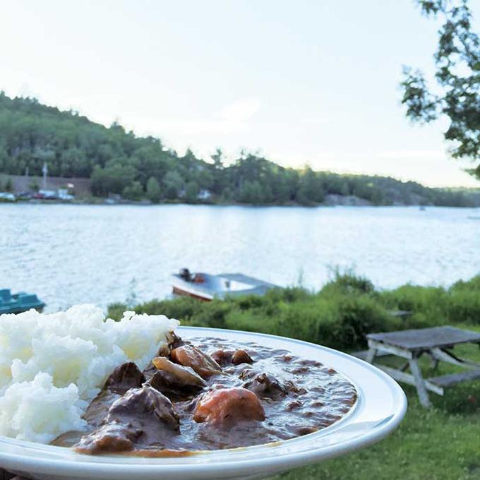 キャンプといえば、やっぱりカレー! シンプルな味わいとゴロゴロ入ったビーフとにんじん、ジャガイモ、玉ねぎがもう最高!
