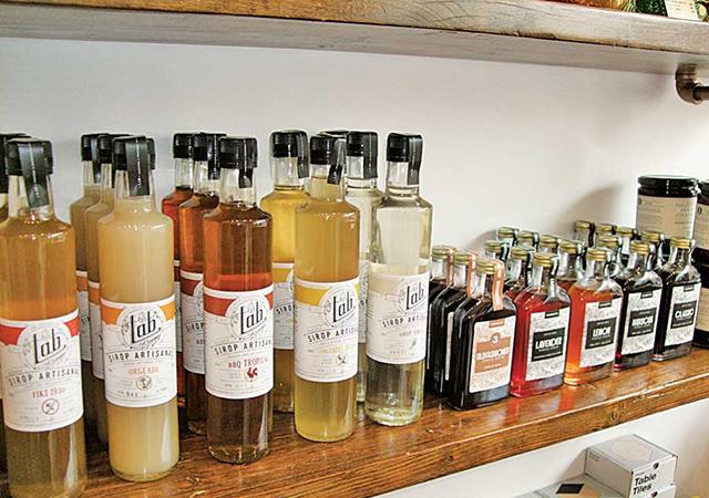 カクテルシロップ。大きい瓶の方はカナダ産。小さい瓶の方は裏におすすめのカクテルの作り方が載っている