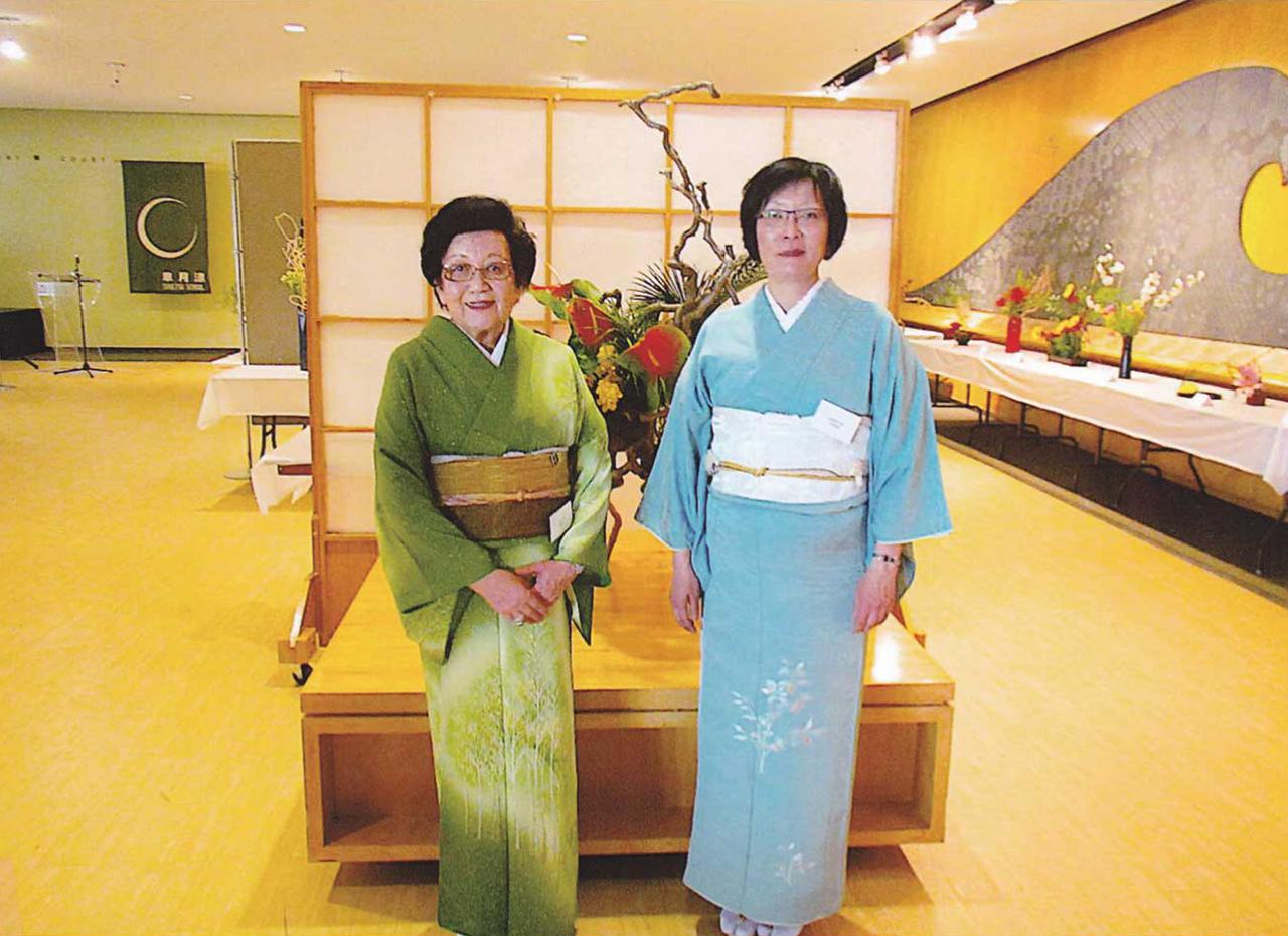 大作の前で。支部長の阿部京子(翠星)さん(左)と娘で副支部長の阿部菜穂美(翠穂)さん(右)