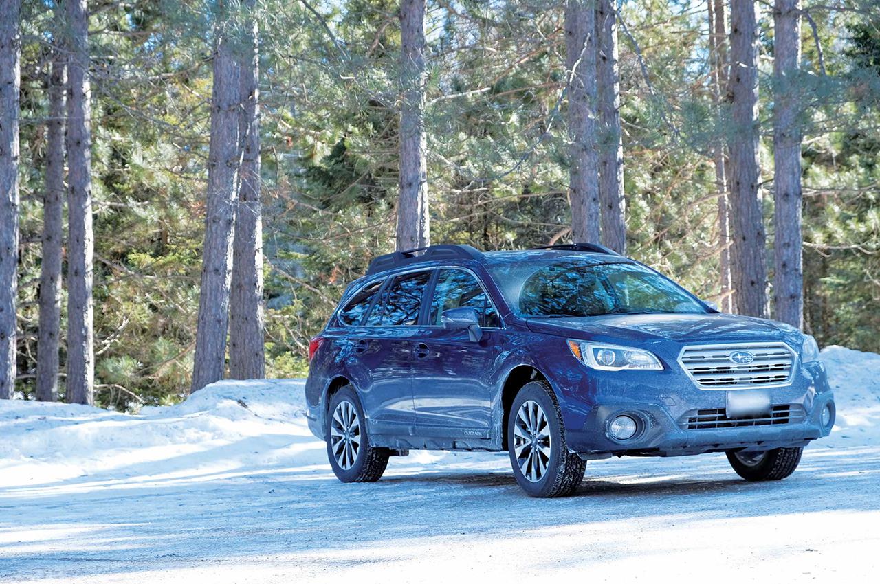 晩冬の陽射しと残雪が綺麗なアルゴンキンに映えるラピスブルーパール色のOUTBACK