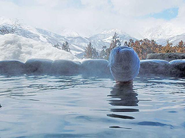天神の湯。左に五竜岳右に白馬岳