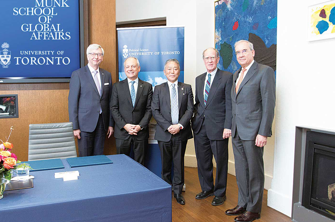 (左から)ステファン・トゥープ教授、メリック・ガートラートロント大学学長、中山泰則総領事、デイビッド・キャメロン文理学部長、ルイス・ポーリー政治学部長