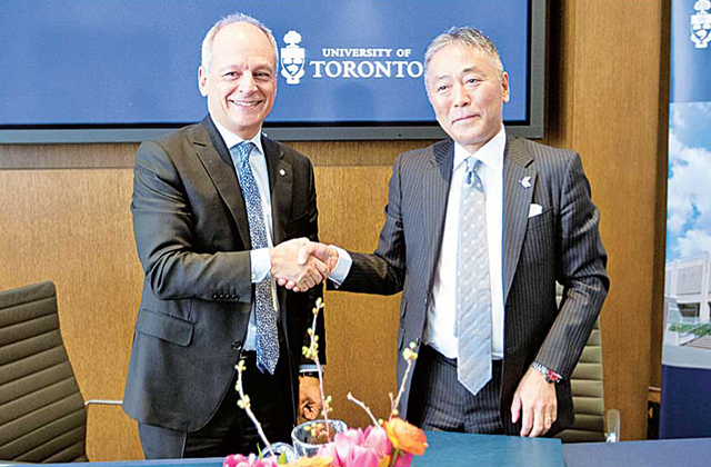 メリック・ガートラートロント大学学長(左)、中山泰則総領事(右)