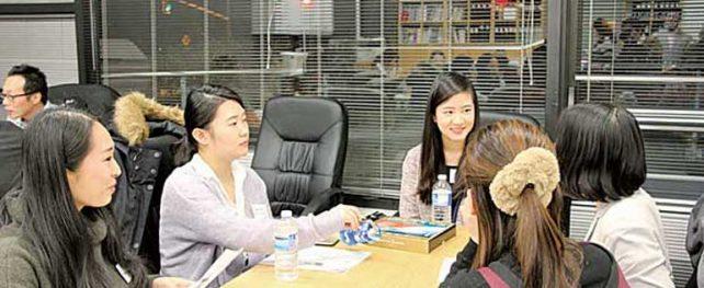 カナダに駐在する大手日系企業のビジネスマンと留学生が、 就職・転職そしてキャリアについてディスカッション