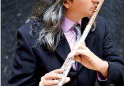 世界各国から集めた250の笛を操る 日系カナダ人3世の演奏家・作曲家 ロン・コーブさん インタビュー|特集「カナダの夏を彩ってくれる極上の音楽」