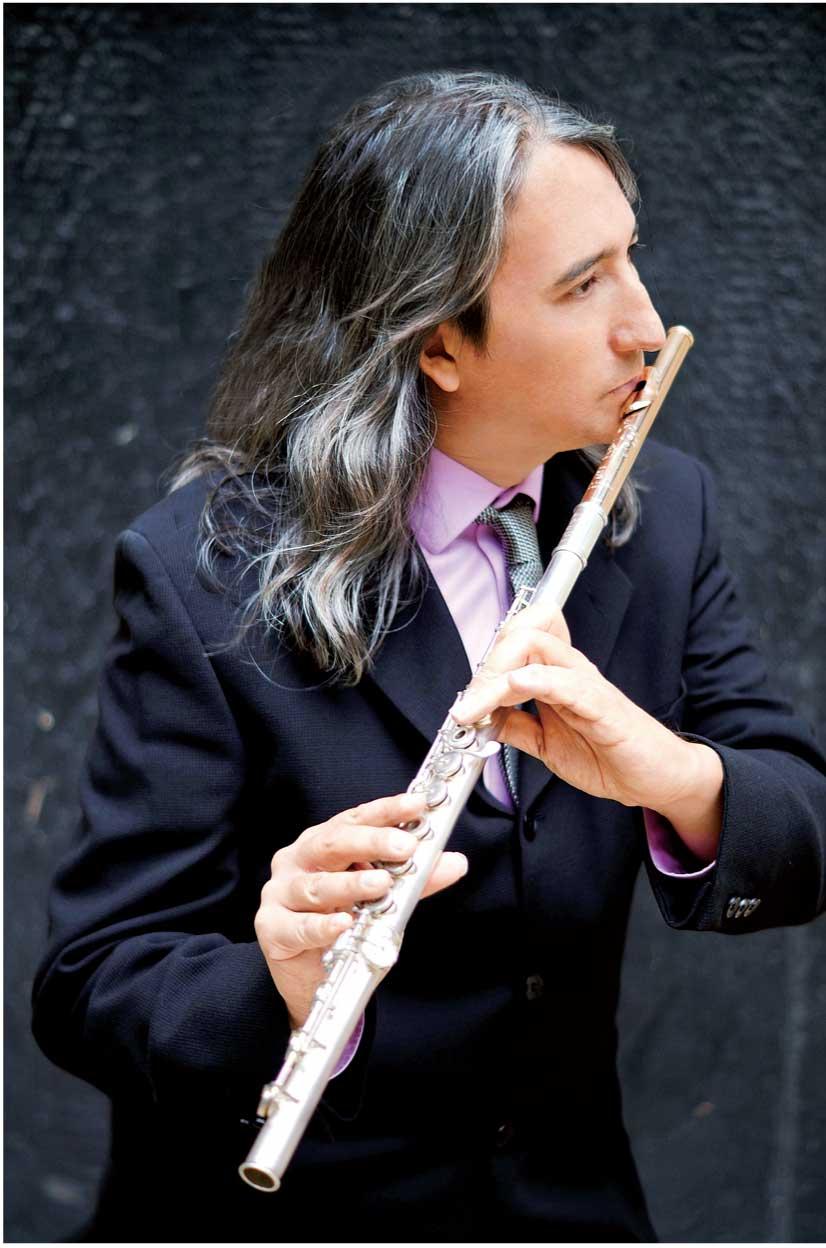 世界各国から集めた250の笛を操...