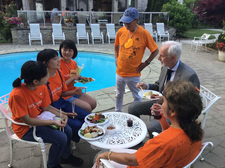 JCCC館長と食事をする子どもたち
