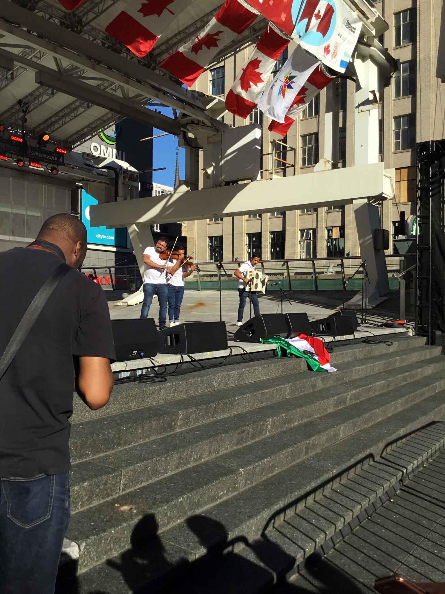 メキシコから来たヴァイオリニスト。メキシコ国旗を以てカナダを祝う。