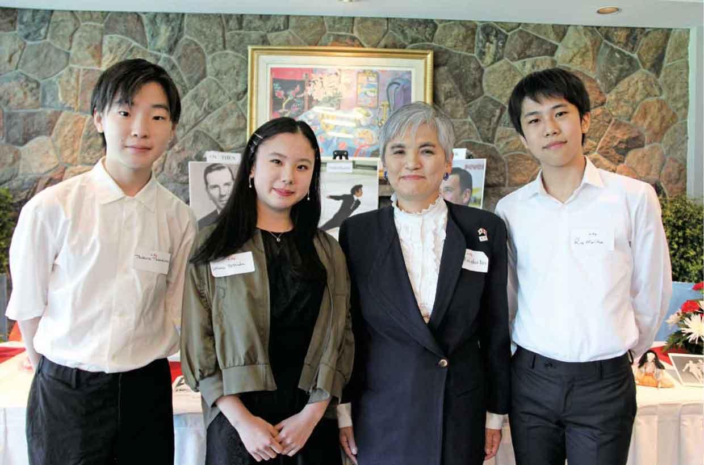 伊藤総領事と若手日本人スケーターの皆さん(左から、高島円良さん・吉田唄菜さん・森田莉央さん)