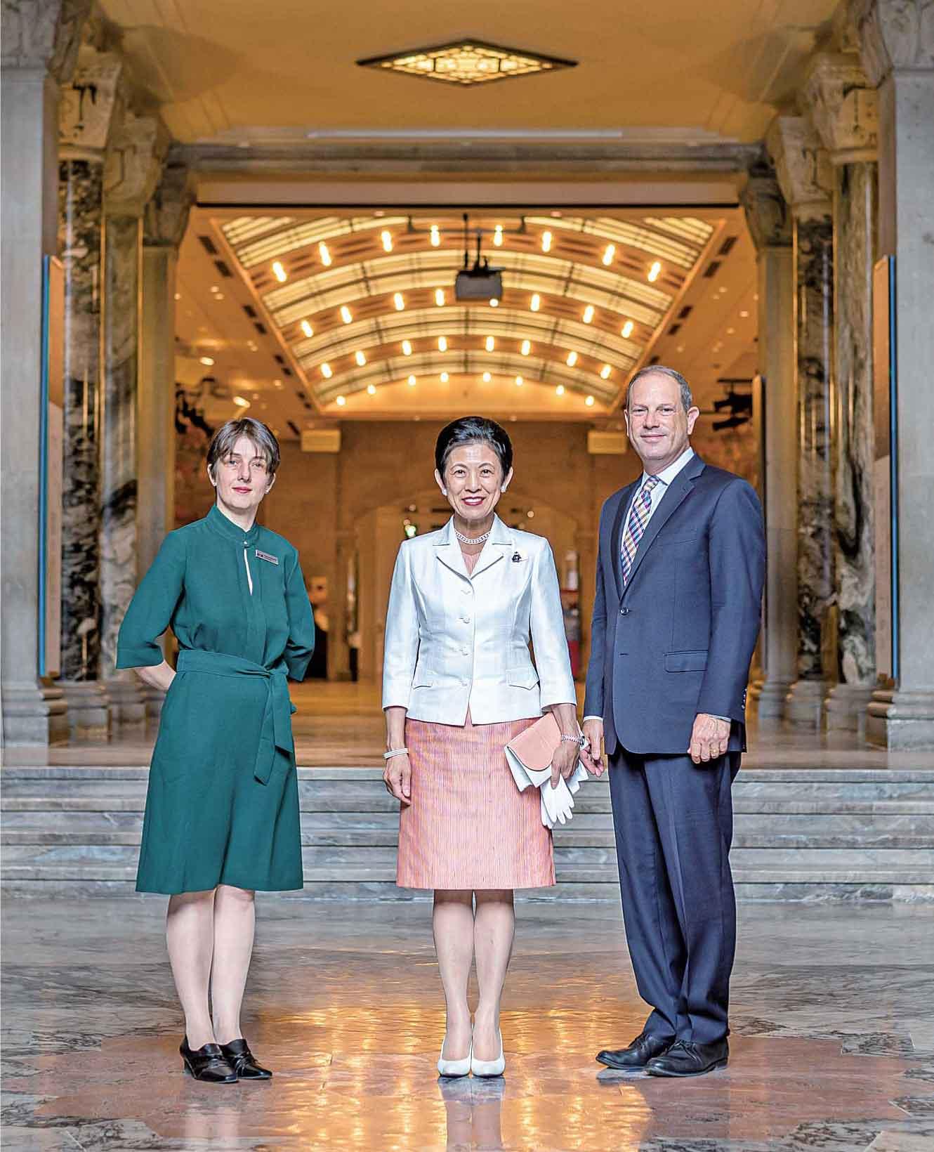 王立オンタリオ博物館にて。(左より、バックランド日本美術学芸員、憲仁親王妃久子殿下、バッセジス館長)