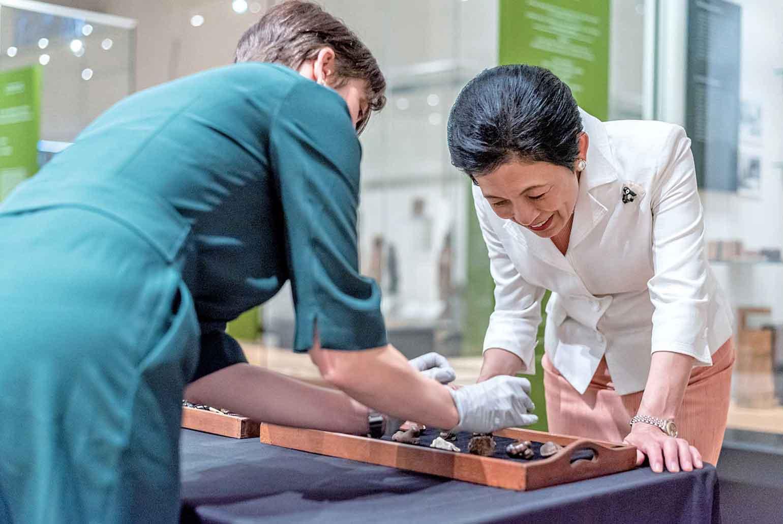 「高円宮ギャラリー」でバックランド日本美術学芸員より説明を受ける憲仁親王妃久子殿下