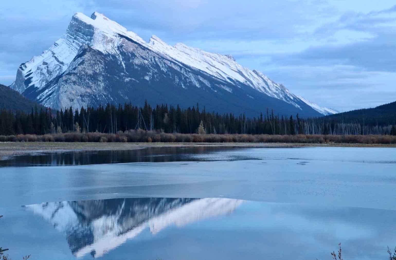 湖に映る山