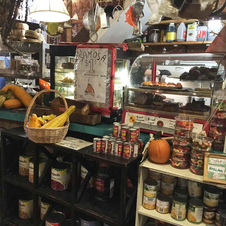 古着屋さんなのに、コーヒーやフードの提供もあります!サモサが人気の様子。