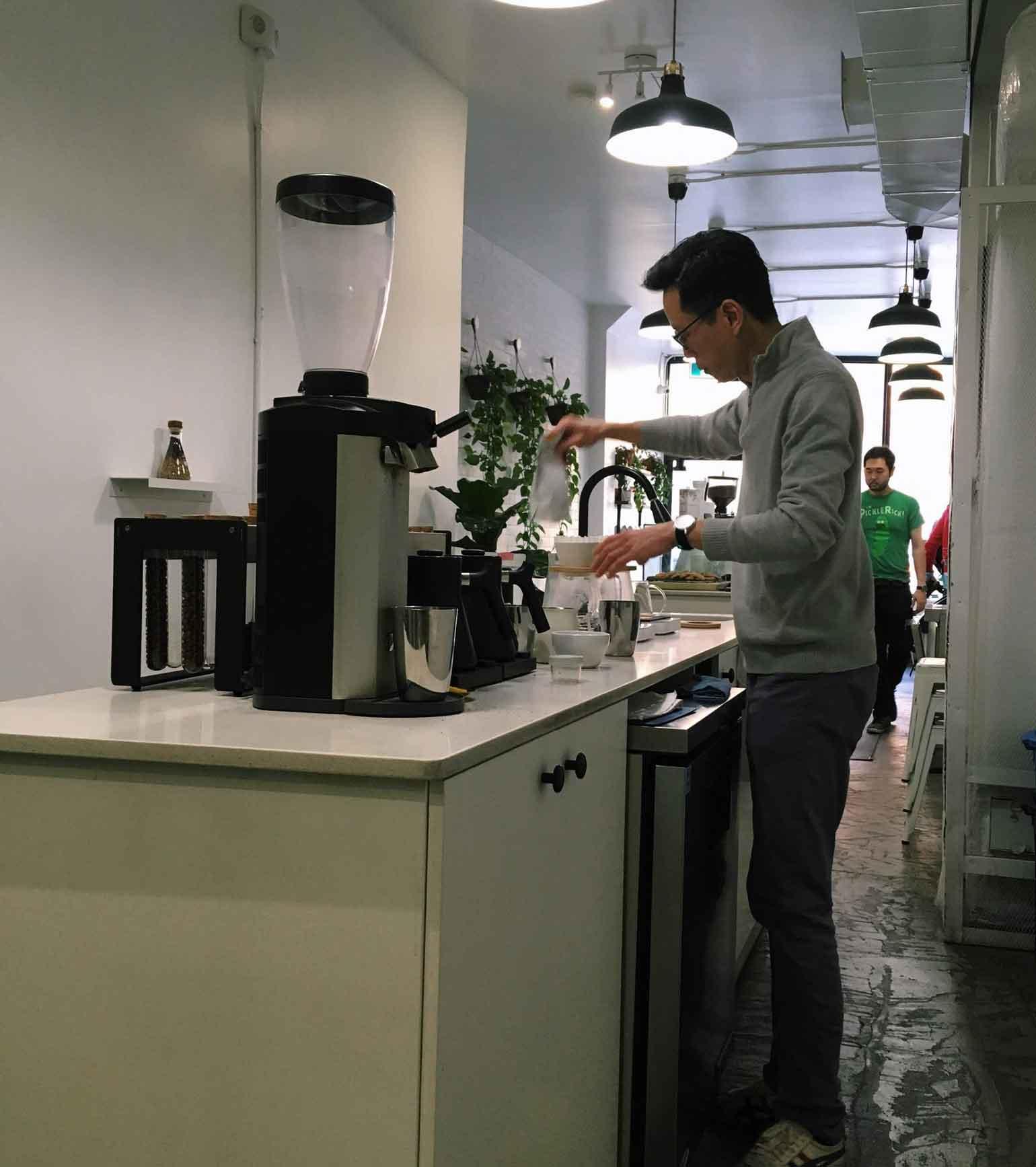 カウンターには常時たくさんのコーヒー豆。
