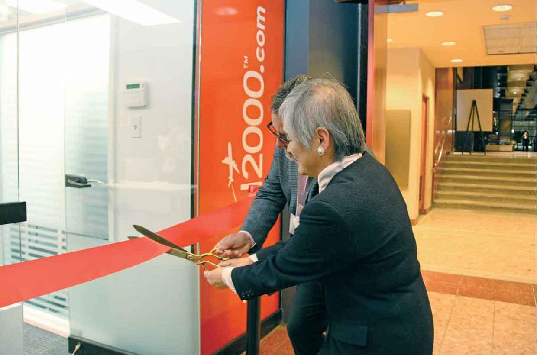 テープカットを行う伊藤総領事とデマリニス社長