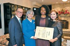 日本とカナダの友好を築いてきた新風義塾塾長のチャコ瀬戸山氏に総領事表彰が贈られる|メルモが行く!