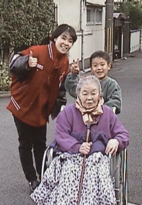 ひいばあちゃんの車いすを押す健人