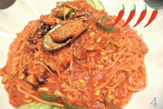 ▲A Gu Jim/$18.99 韓国料理では珍しい魚料理で、蒸した白身魚と豆もやしを炒めたもの。秘伝のタレを使ったソースはかなり辛いが、魚のエキスが辛さを和らげてくれる。