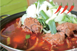 ▲Pork Bone Soup/$15.99 その名の通り、豚の骨と野菜を煮込んだスープ。真っ赤なスープはとても辛そうに見えるが、辛さの中にも豚肉と野菜の旨みを感じることができる。写真は二人前、一人前からオーダー可。