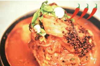 ◀Gamjatang/$7.99 長時間煮込んでホロホロになった骨付き豚肉のスープ。スプーンで崩れる豚肉はもちろん、じゃがいもなどの野菜にもスープが染み込んでいておいしい。注文時にお願いすれば通常より辛めに作ってもらえるとのこと。