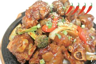 ◀Pig's Trotter  $15.99 豚足、野菜を辛いソースと絡めた一品。日本ではあまり馴染みのない料理であるが、韓国ではよく食べられる。プルプルとしている豚の足には、コラーゲンがたっぷりで美肌効果が期待される。辛めの味付けであるが、この食感との組み合わせがやみつきになる。