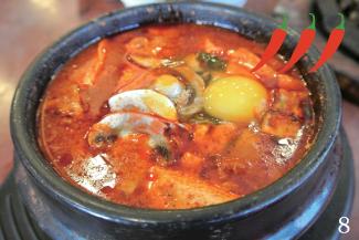 ◀Combination Soon Tofu/$7.53  牛肉や海老、牡蠣などのシーフードが入った豪華なスンドゥブ。具材の出汁が効いたスープとなめらかな豆腐のコンビネーションが絶妙!辛さは五段階から選ぶことが出来る。Extra Spicyは、とても辛いので要注意。