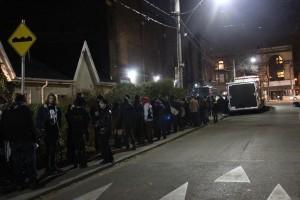 会場時間数時間前から行列をつくる人々