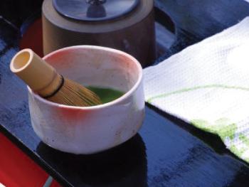 茶道のお茶として有名な抹茶で飲料以外にはお菓子作り、料理に使われる。また抹茶の立て方は流派によって違く、泡の量によってわかる。