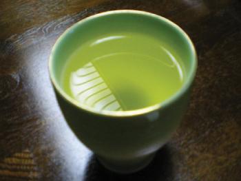 緑茶は日本人にとってはな馴染み深いお茶。もとはお菓子やお寿司と一緒に飲むものであったが、緑茶の普及、健康として考えられ水感覚として飲まれるようになった。
