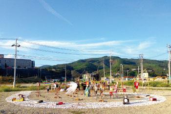 遠足プロジェクト  遠足プロジェクトは、2011年、東日本大震災で倒壊率が80%を超えたとされる宮城県女川町に送られたが、使用されなかった支援物資のひとつである中古のランドセルを再利用した、支援の気持ちを繋いでネットワークを広げていくプロジェクトである。女川町出身の美術教諭の梶原千恵とトロント市を拠点とするアーティスト武谷大介によって立ち上げられた。被災した宮城県の沿岸部を皮切りに、福島県、岩手県、群馬県、新潟県、東京都、神奈川県、大阪府、愛知県、徳島県を巡回し、今年一月に開催された在日本カナダ大使館高円宮記念ギャラリーでの展覧会を最後に今後カナダ国内を巡回する。各会場では、作品の展示をはじめ、ワークショップの開催、地元の方達の案内で、自分たちの街の再発見するランドセルアートを背負ってのまち歩き(遠足)が行われる。ランドセルで通学した子ども時代の経験の追想、被災地へ想い、地元愛、創造的過疎、レジリエンス、といったそれぞれのまちの課題とも絡められた世代を超えた対話を一緒に背負っていく。 http://fieldtrip.info