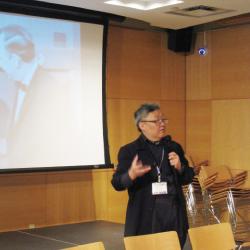 ウェルカムスピーチを行う 青柳プログラムオフィサー
