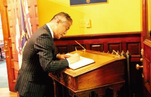 訪問禄にサインする中山総領事