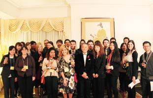 中山総領事夫妻(中央)と 今年度帰国者28名の集合写真