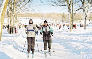 © Tourisme Montréal, Stéphan Poulin 冬は公園内でクロスカントリーができる