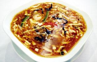 ▲Hot and Sour Soup 中華の定番スープの一つ。独特の酸っぱさと少しとろみの効いたスープは一口飲んだらやみつき。キクラゲとタケノコのコリコリとした食感が楽しめるのもこのスープの醍醐味。お店によっては具が多少変わるが、ここでは豚肉、エビ、豆腐が入っている。中華料理を食べにいった際には是非食していただきたい一品だ。 Lee Garden Restaurant 331 Spadina Ave. / 416-593-9524 leegardenspadina.ca