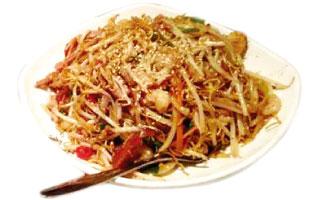◀Spicy Fried Noodle with Pork and Shrimp 多くのお店が並ぶチャイナタウンでおすすめしたい麺料理がこれ。いわゆる焼きそばで、豚肉、エビ、たっぷりの野菜と一緒にピリ辛に炒められている。辛すぎず、ついつい癖になってしまう味なので、辛いのが苦手という人にも是非試していただきたい一品だ。 King's Noodle Restaurant 296 Spadina Ave.  416-598-1817 / kingsnoodle.ca