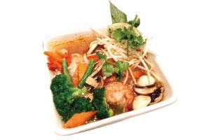▼Noolde Soup in Thai Tom Yam Broth ランチコンボ限定で食べられるのがこのトムヤムスープヌードル。辛味と酸味のバランスが絶妙で、メインの具材は海鮮、鶏肉、牛肉、野菜から選ぶことができる。さらにキノコやブロッコリーといった野菜もたっぷりなのでボリューム満点。あっさりでもしっかりランチを食べたい人へ。 Lime  170 Eglinton Ave. E /  416-322-5463 limecuisine.ca