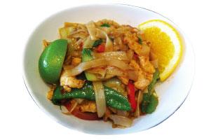 ▼PHAD KEE MAO フレッシュ・ライスヌードルをたっぷりのバジルとチリで痛めたスパイシーヌードル。野菜の他の具材は牛肉、羊肉、鶏肉から選ぶことができる。辛いのが苦手な人は付け合わせのライムを搾ってさっぱりいただこう。 The Friendly Thai  678 Yonge St. /  416-924-8424 thefriendlythai.com