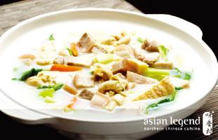 Shanghai Style Casserole Stew トロント市内に数店舗展開している日本人にも人気のあるレストラン。幅広いメニューの中でこの冬楽しみたいのがこの上海スタイルの鍋。たっぷりの野菜と豆腐、豚肉がゆっくり煮込まれた風味豊かなスープが魅力。しっかり食べて寒さを乗り越えたい。 Asian legend 418 Dundas St. W/ 416-977-3909  asianlegend.ca